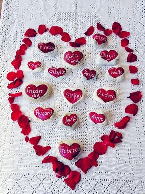 auf Stein gemalte Herzen
