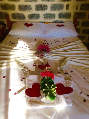 dekoriertes Hochzeitsbett