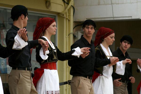 Kritische Tänzer-innen aus Paleochora