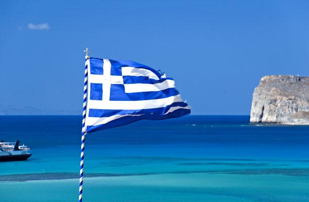 griechische Flagge weht über dem Meer