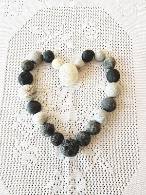 Herz aus runden Steinen