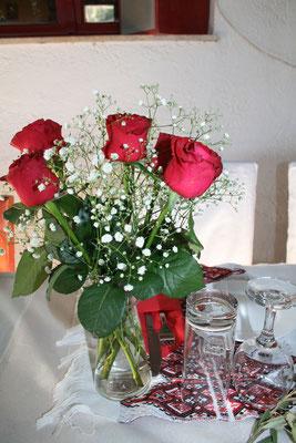 ein Strauß mit roten Rosen