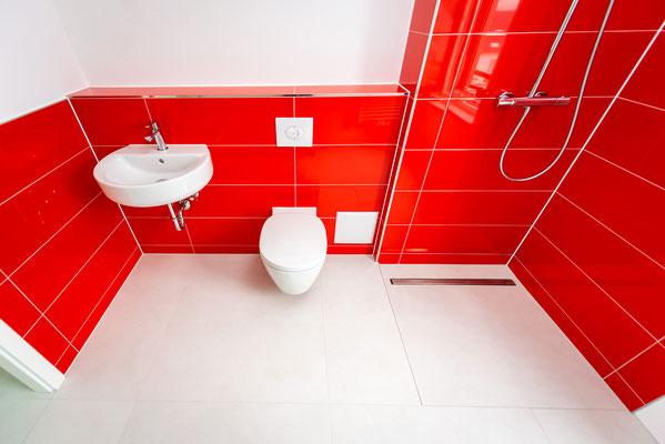 Raisch Fliesen Stuttgart und Esslingen - Glänzend rote Steingutfliesen - Mut zur Farbe - Ansicht von oben.