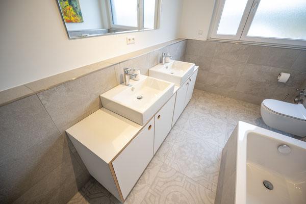 Raisch Fliesenfachgeschäft und hochwertige Fliesenarbeiten in der Region Stuttgart - hier: Badausbau in Loft in Leinfelden-Echterdingen - www.raisch-fliesen.de - Waschtisch und Schrank