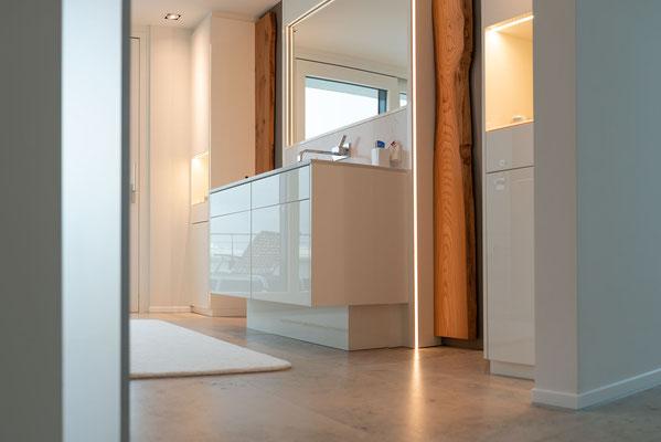 Fliesenlegerfachbetrieb Fliesenfachgeschäft Matthias Raisch - einzigartige Natursteinplatten aus Jura Marmor grau blau in erhabenem Stuttgarter Penthouse. Badezimmer