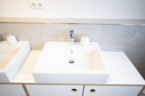 Raisch Fliesenfachgeschäft und hochwertige Fliesenarbeiten in der Region Stuttgart - hier: Badausbau in Loft in Leinfelden-Echterdingen - www.raisch-fliesen.de - Waschtisch von oben