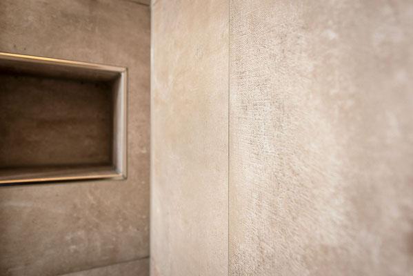 Raisch Fliesen Stuttgart, Esslingen und Filderstadt - Modernes barrierefreies Bad mit Betonoptik Fliesen in Esslingen Raum Stuttgart - Detail Dusche