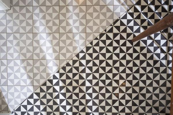 Fliesenlegerfachbetrieb Fliesenfachgeschäft Matthias Raisch - Zementfliesen in der Küche ganz klassisch - www.raisch-fliesen.de - Ansicht Boden hell und dunkel