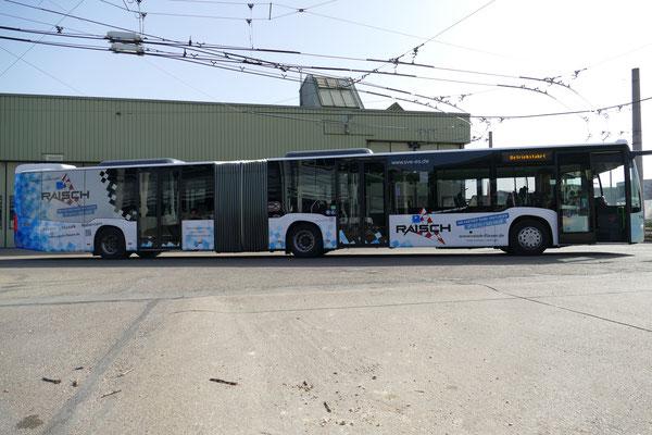 Raisch Fliesen Stuttgart & Ostfildern - www.raisch-fliesen.de - Brandneue Buschbeschriftung im Raisch Fliesen Design. ÖPNV noch attraktiver durch Esslingen. Bus von der linken Seite