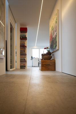 Fliesenlegerfachbetrieb Fliesenfachgeschäft Matthias Raisch - Penthouse in Stuttgart - Tradition trifft Innovation mit edlem Feinsteinzeug von Raisch. Flur
