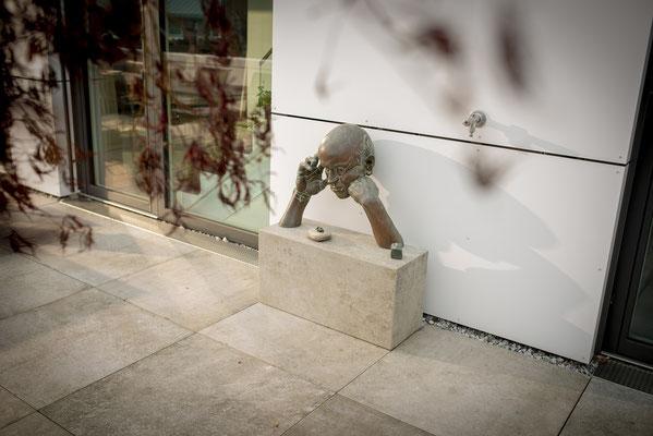 Fliesenlegerfachbetrieb Fliesenfachgeschäft Matthias Raisch - Penthouse in Stuttgart - Tradition trifft Innovation mit edlem Feinsteinzeug von Raisch. Podest mit Denker