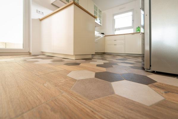 Raisch Fliesen Stuttgart und Esslingen - Küchenboden mit Sechseckfliesen - Hexagonal und charmant - Verlegung perfekt
