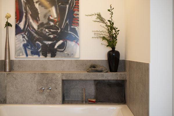 Fliesenlegerfachbetrieb Fliesenfachgeschäft Matthias Raisch - Penthouse in Stuttgart - Tradition trifft Innovation mit edlem Feinsteinzeug von Raisch. Bad mit Wanne