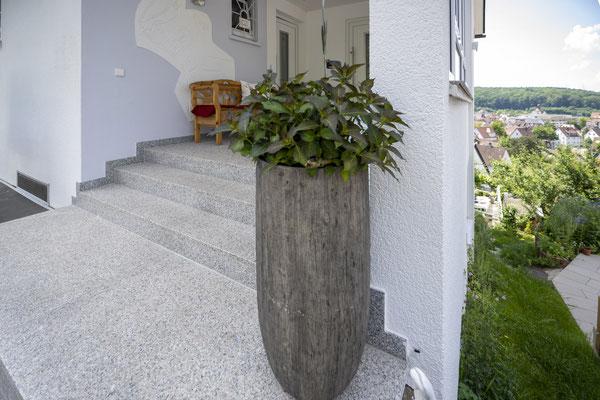 Fliesenlegerfachbetrieb Fliesenfachgeschäft Matthias Raisch - Granittreppe Außenbereich von www.fliesen-raisch.de. Trittfest und hell. Eingangsbereich
