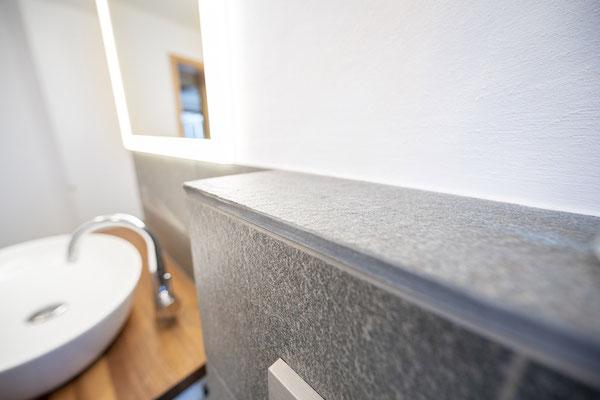 Fliesenlegerfachbetrieb Fliesenfachgeschäft Matthias Raisch - Bad & WC mit Naturstein aus fairem Abbau - Detail Ablage - www.raisch-fliesen.de