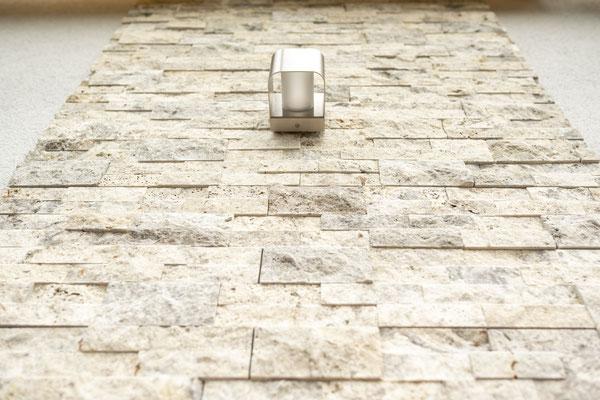 Raisch Fliesenfachgeschäft und hochwertige Fliesenarbeiten in der Region Stuttgart - hier: Außenwandgestaltung mit Natursteinen - www.raisch-fliesen.de - Ansicht, schöner Look