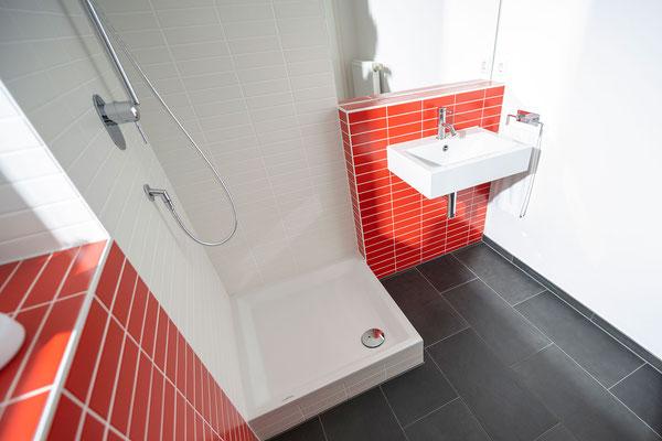 Raisch Fliesenfachgeschäft und hochwertige Fliesenarbeiten in der Region Stuttgart - hier: Gäste WC Gästebad Badezimmer in Rot - www.raisch-fliesen.de - Dusche und Waschbecken