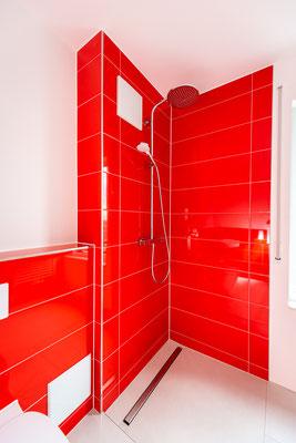 Raisch Fliesen Stuttgart und Esslingen - Glänzend rote Steingutfliesen - Mut zur Farbe - Ansicht Dusche
