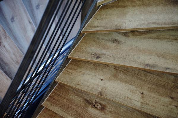 Raisch Fliesen Ostfildern, Fliesen auf der Treppe in Holzoptik, Treppenhaus Stuttgart