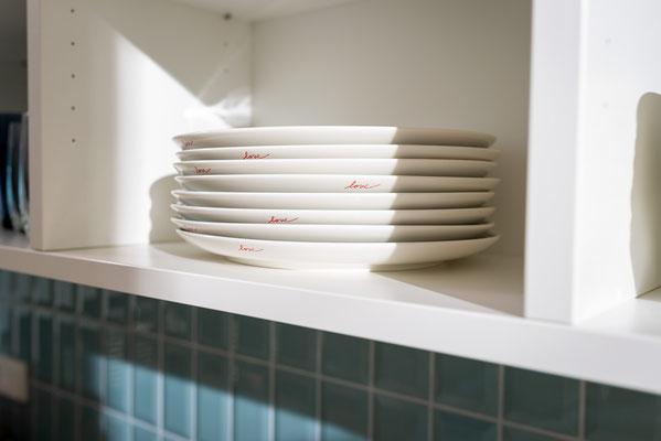 Metrofliesen im Format 7,5/15 cm - Raisch Fliesen Stuttgart und Esslingen - Metrofliesen in türkis - hochkant verlegt - passend zum Geschirr - Geschirr passend zur Küche - mit Details