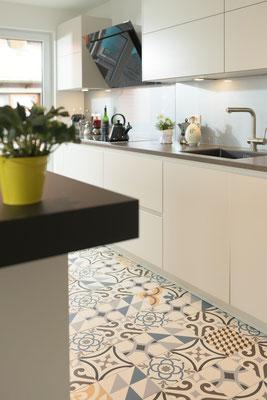 Fliesen satiniert, 20x20 cm, im Zementfliesen-Look - Raisch Fliesen Stuttgart, Ostfildern und Esslingen - Designfliesen aufeinander abgestimmt. Küchenzeile