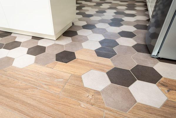 Raisch Fliesen Stuttgart und Esslingen - Küchenboden mit Sechseckfliesen - Hexagonal und charmant - auslaufende Fliesen