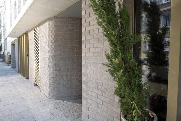 Fliesenlegerfachbetrieb Fliesenfachgeschäft Matthias Raisch - Fassade mit Klinkerriemchen in Esslingen von www.fliesen-raisch.de. Außenfassade mit Klinker, Detail Ansicht schräg