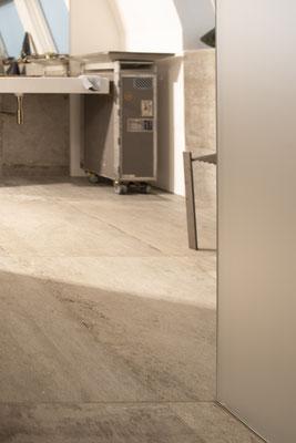 Fliesenlegerfachbetrieb Fliesenfachgeschäft Matthias Raisch - Penthouse in Stuttgart - Tradition trifft Innovation mit edlem Feinsteinzeug von Raisch. Bad mit Trolley