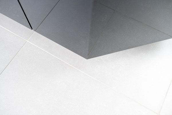 Raisch Fliesenfachgeschäft und hochwertige Fliesenarbeiten in der Region Stuttgart - Küchenboden in Stuttgart, grau Fliesen in Betonoptik - www.raisch-fliesen.de - Ecke