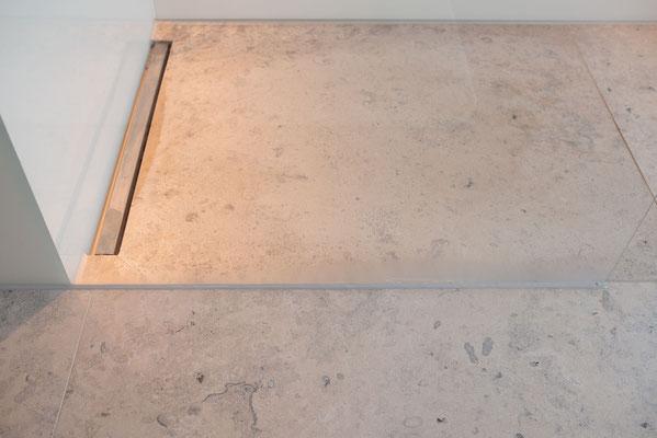 Fliesenlegerfachbetrieb Fliesenfachgeschäft Matthias Raisch - einzigartige Natursteinplatten aus Jura Marmor grau blau in erhabenem Stuttgarter Penthouse. Dusche