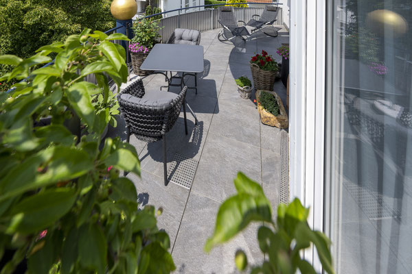 Fliesenlegerfachbetrieb Fliesenfachgeschäft Matthias Raisch - Feinsteinzeugfliesen in 60 x 60 cm für den Balkon von www.fliesen-raisch.de. Trittfest und elegant, Draufsicht.