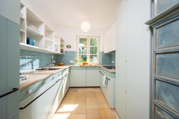 Metrofliesen im Format 7,5/15 cm - Raisch Fliesen Stuttgart und Esslingen - Metrofliesen in türkis - hochkant verlegt - passend zum Geschirr - Geschirr passend zur Küche - Ansicht in die Küche