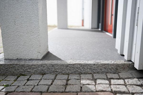 Raisch Fliesenfachgeschäft und hochwertige Fliesenarbeiten in der Region Stuttgart - hier: Eingangsbereich Hauseingang aus Granit / Granitsteinen - www.raisch-fliesen.de - Granitplatte mit rauhen Granitstehlen