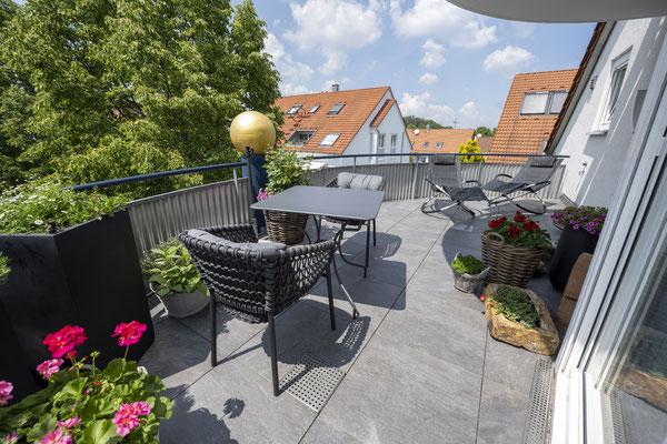 Fliesenlegerfachbetrieb Fliesenfachgeschäft Matthias Raisch - Feinsteinzeugfliesen in 60 x 60 cm für den Balkon von www.fliesen-raisch.de. Trittfest und elegant. Ansicht mit Terrassenmöbeln