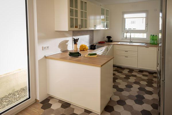 Raisch Fliesen Stuttgart und Esslingen - Küchenboden mit Sechseckfliesen - Hexagonal und charmant - Blick in die Küche
