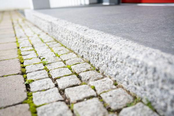 Raisch Fliesenfachgeschäft und hochwertige Fliesenarbeiten in der Region Stuttgart - hier: Eingangsbereich Hauseingang aus Granit / Granitsteinen - www.raisch-fliesen.de - Detail Pflastersteine und Granitstein