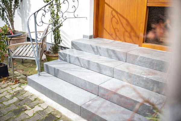 Raisch Fliesenfachgeschäft und hochwertige Fliesenarbeiten in der Region Stuttgart - Granittreppe Außen Eingang Ostfildern - www.raisch-fliesen.de - Ansicht schräg
