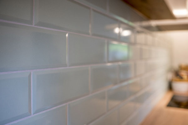 Fliesenlegerfachbetrieb Fliesenfachgeschäft Matthias Raisch - Metrofliesen blass grün in der Küche - vintage & modern - www.raisch-fliesen.de - Ansicht von links