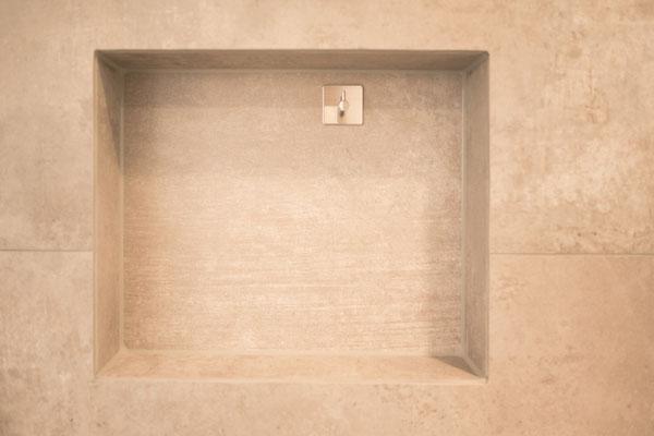 Fliesen in Betonoptik - puristisch und mediterran - warme Farbtöne - von Raisch Fliesen, Stuttgart und Ostfildern - Nische in der Wand