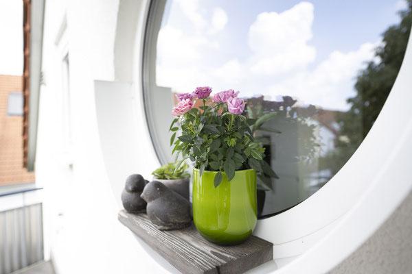 Fliesenlegerfachbetrieb Fliesenfachgeschäft Matthias Raisch - Feinsteinzeugfliesen in 60 x 60 cm für den Balkon von www.fliesen-raisch.de. Trittfest und elegant. Detail Fenster