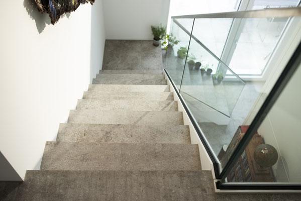 Fliesenlegerfachbetrieb Fliesenfachgeschäft Matthias Raisch - Penthouse in Stuttgart - Tradition trifft Innovation mit edlem Feinsteinzeug von Raisch. Treppe