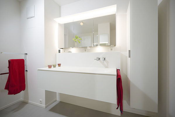 Fliesenlegerfachbetrieb Fliesenfachgeschäft Matthias Raisch - Stilvolle Badgestaltung im 5 Units für Wilma in Tübingen - puristisch und weiß