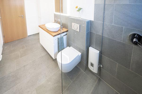 Fliesenlegerfachbetrieb Fliesenfachgeschäft Matthias Raisch - Bad & WC mit Naturstein aus fairem Abbau - Ansicht mit WC - www.raisch-fliesen.de