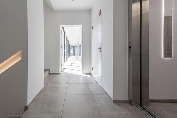 Raisch Fliesenfachgeschäft und hochwertige Fliesenarbeiten in der Region Stuttgart - hier: Firmengebäude von Knödler Ostfildern - www.raisch-fliesen.de - Flur mit Türen Ansicht