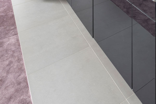 Raisch Fliesenfachgeschäft und hochwertige Fliesenarbeiten in der Region Stuttgart - Küchenboden in Stuttgart, grau Fliesen in Betonoptik - www.raisch-fliesen.de - Ansicht Fliesen Detail