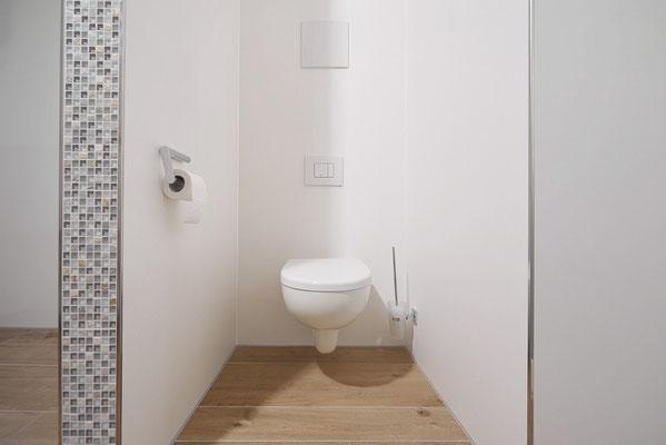 Fliesenlegerfachbetrieb Fliesenfachgeschäft Matthias Raisch - Stilvolle Badgestaltung im 5 Units für Wilma in Tübingen - puristische Toilette - Fliesen in Holzoptik