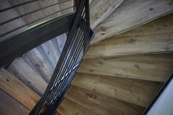Raisch Fliesen Ostfildern, Fliesen in Holzoptik, Treppenhaus Stuttgart