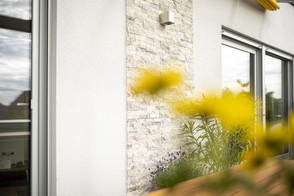Raisch Fliesenfachgeschäft und hochwertige Fliesenarbeiten in der Region Stuttgart - hier: Außenwandgestaltung mit Natursteinen - www.raisch-fliesen.de - Ansicht mit Blumendetail