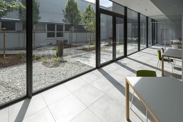 Raisch Fliesenfachgeschäft und hochwertige Fliesenarbeiten in der Region Stuttgart - hier: Firmengebäude von Knödler Ostfildern - www.raisch-fliesen.de - Flur mit Glas