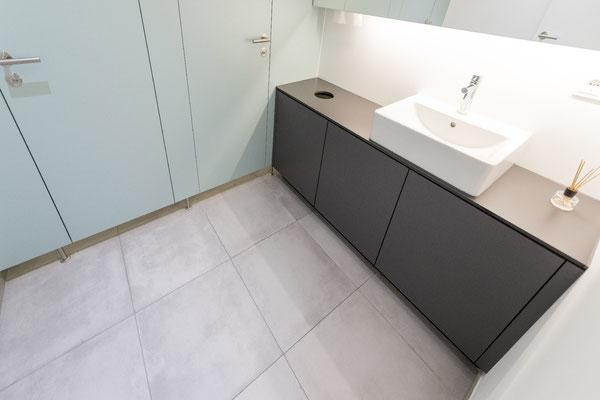 Raisch Fliesenfachgeschäft und hochwertige Fliesenarbeiten in der Region Stuttgart - hier: Firmengebäude von Knödler Ostfildern - www.raisch-fliesen.de - WC-Räume mit Waschtisch